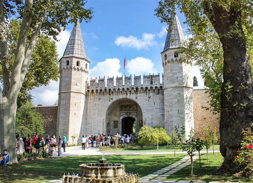 Достопримечательности Стамбула. На фото вход в Дворец Топкапы в Стамбуле