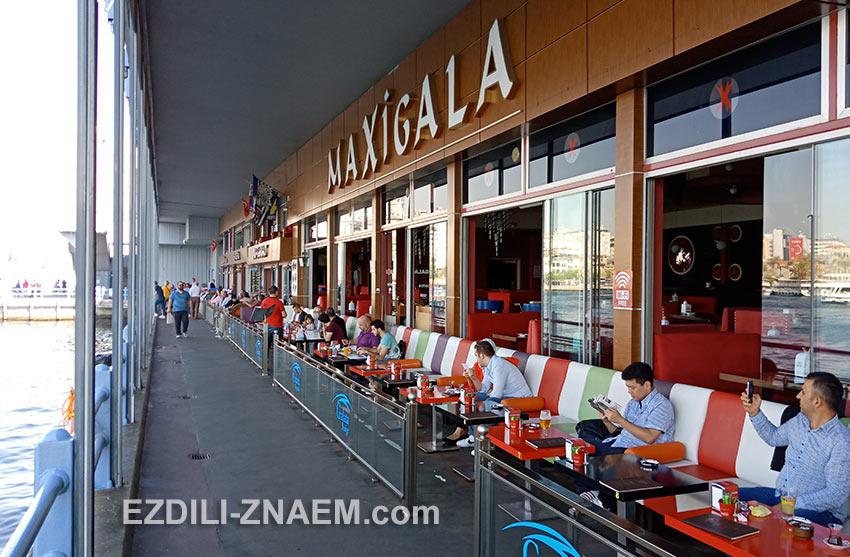 Рестораны на нижнем ярусе Галатского моста в Стамбуле