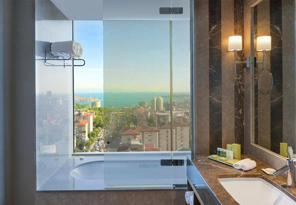 Вид из ванной на Босфор