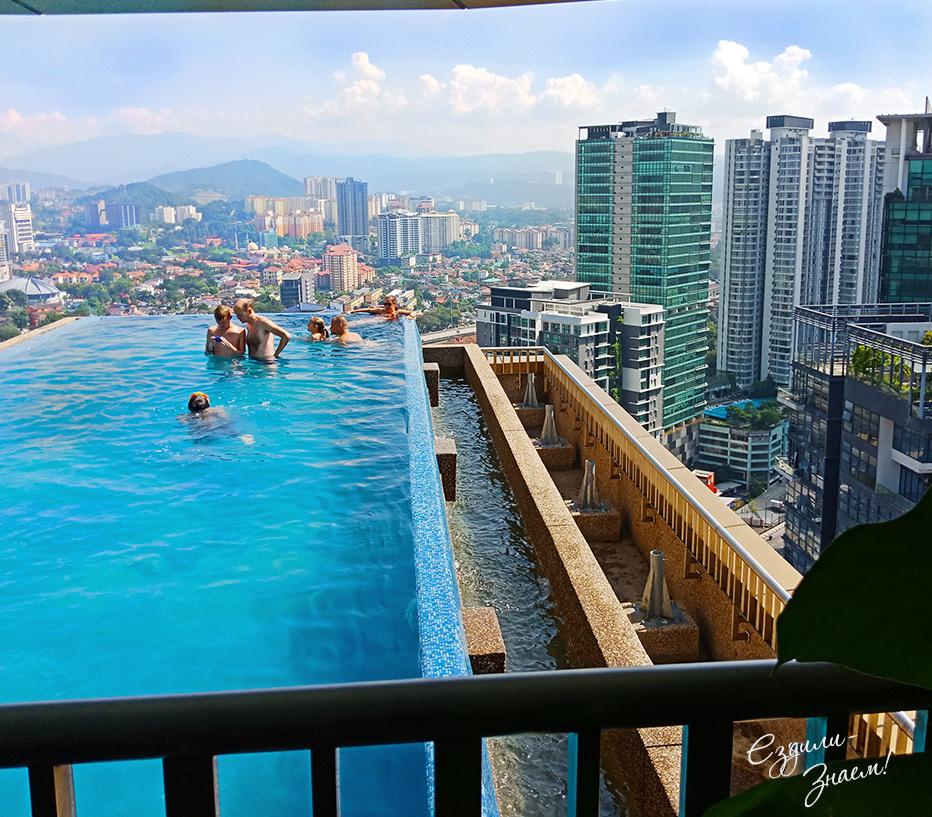 Вид с бассейна на крыше отеля Ibis