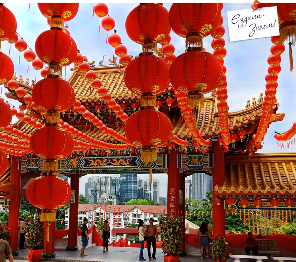 Вход в храм украшен китайскими фонариками