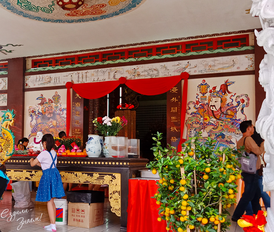 Заходим в Храм Тянь Хоу