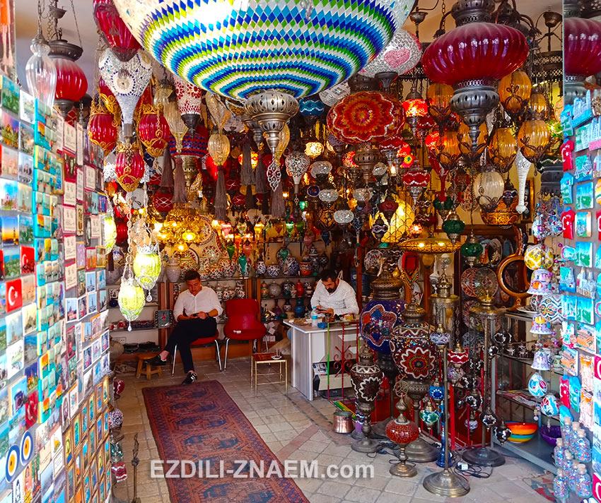 Лавка сувениров и турецких светильников из цветного стекла