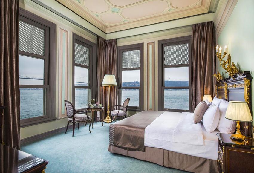 окна номеров отеля Bosphorus Palace выходят прямо на Босфорский пролив