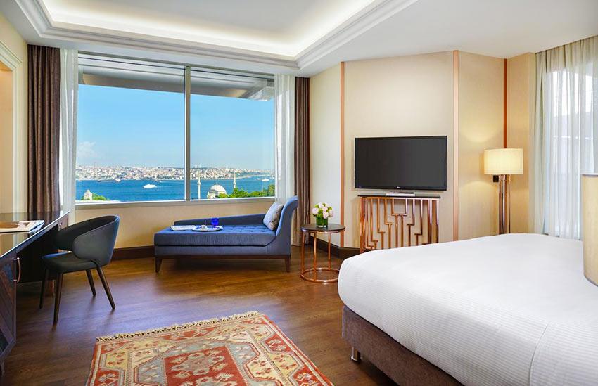 """Вид на Босфор из номера отеля """"Ритц-Карлтон в Стамбуле"""""""