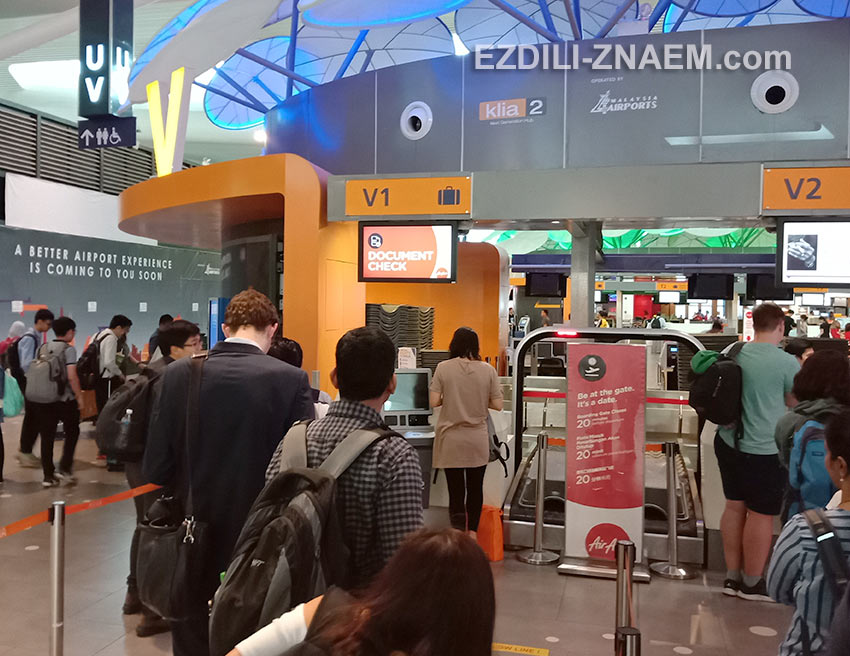 """Пассажиры AirAsia в очереди к стойке """"Document Check"""" в аэропорту"""