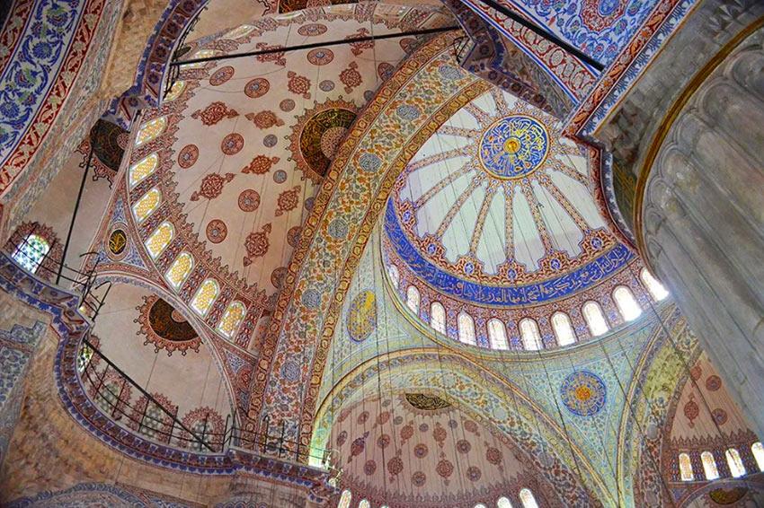 Внутри Голубой Мечети в Стамбуле