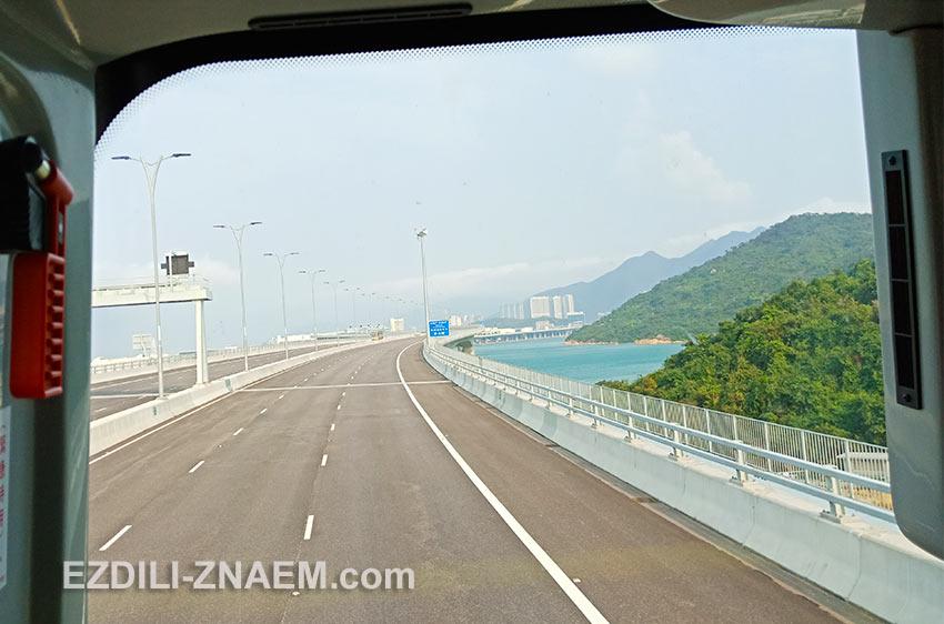 Автобус HZMB едет по новому мосту Гонконг - Макао