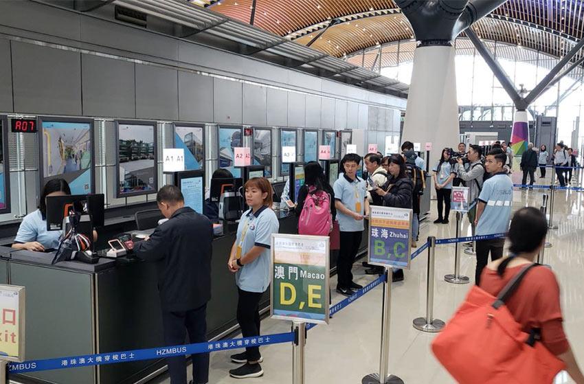 Билетные кассы в терминале HZMB в Гонконге