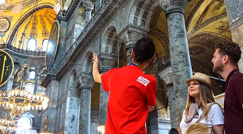 Гид и туристы в соборе Айя София в Стамбуле
