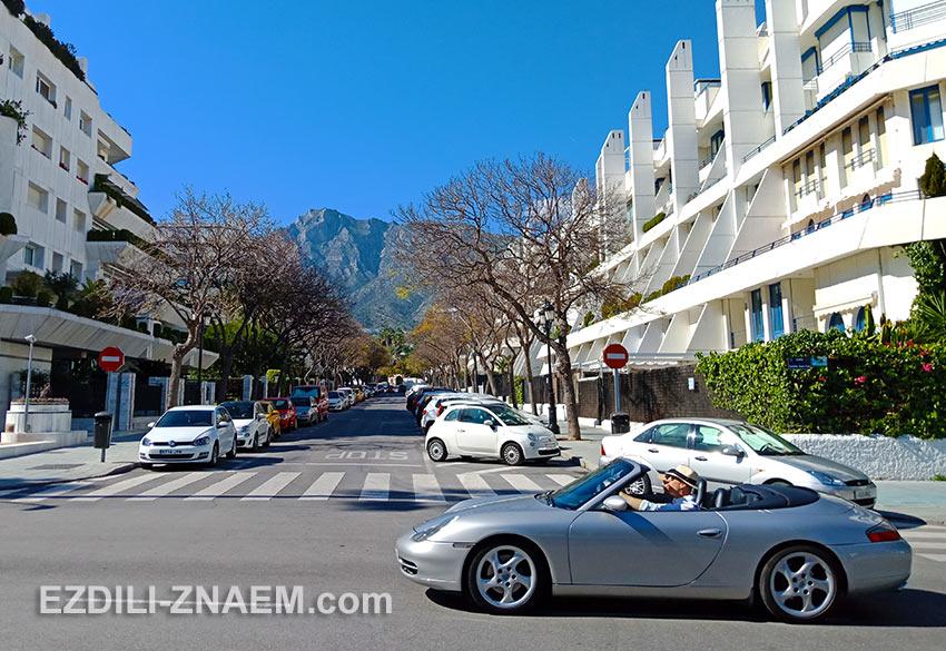 туристы на автомобиле на улице в Марбелье