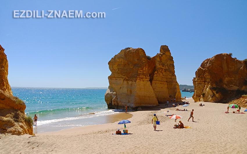 Огромные песчаные утесы на пляже в Портимао