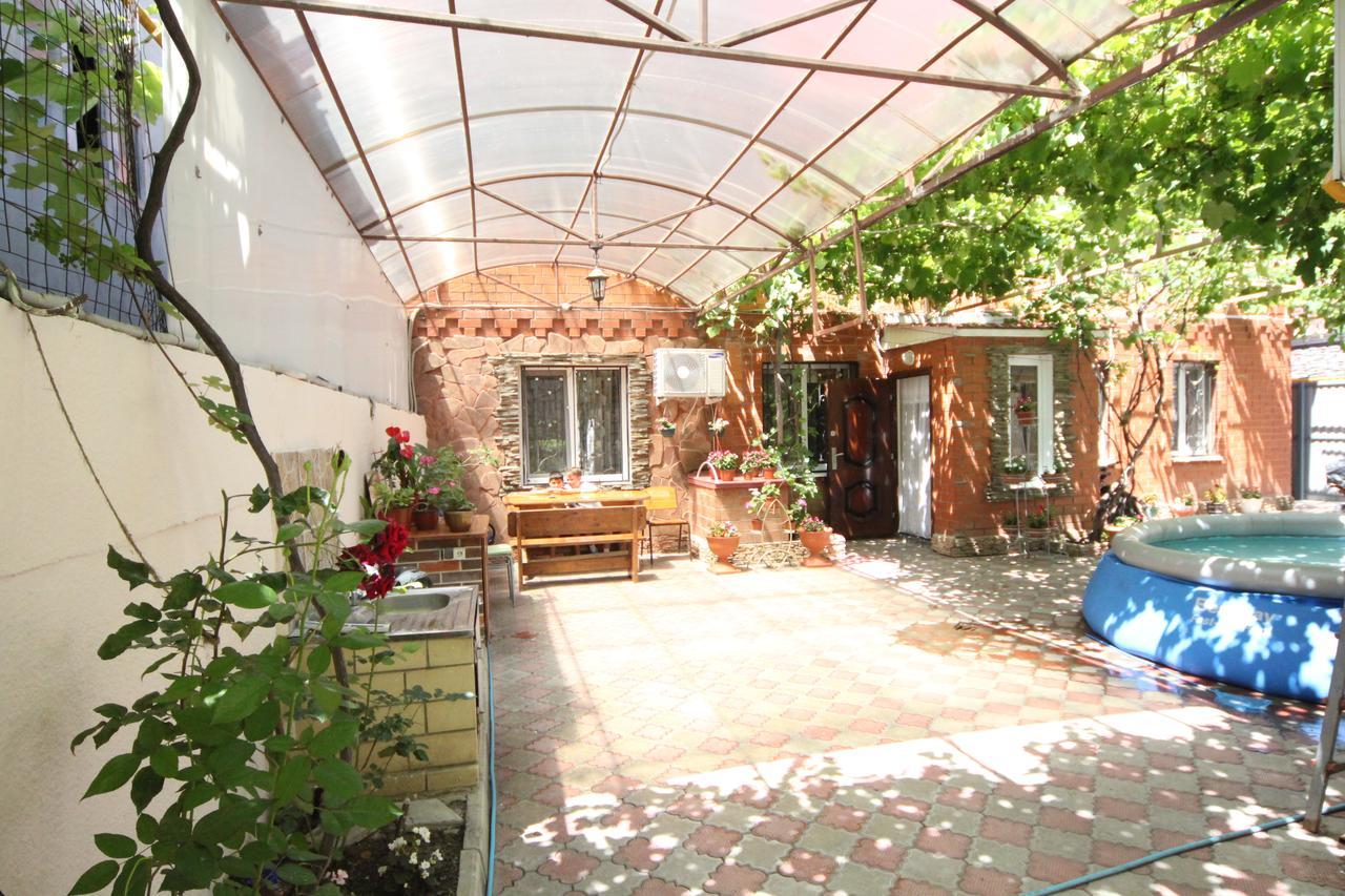 Недорогое жилье в Анапе: дом в частном секторе с бассейном и детской площадкой