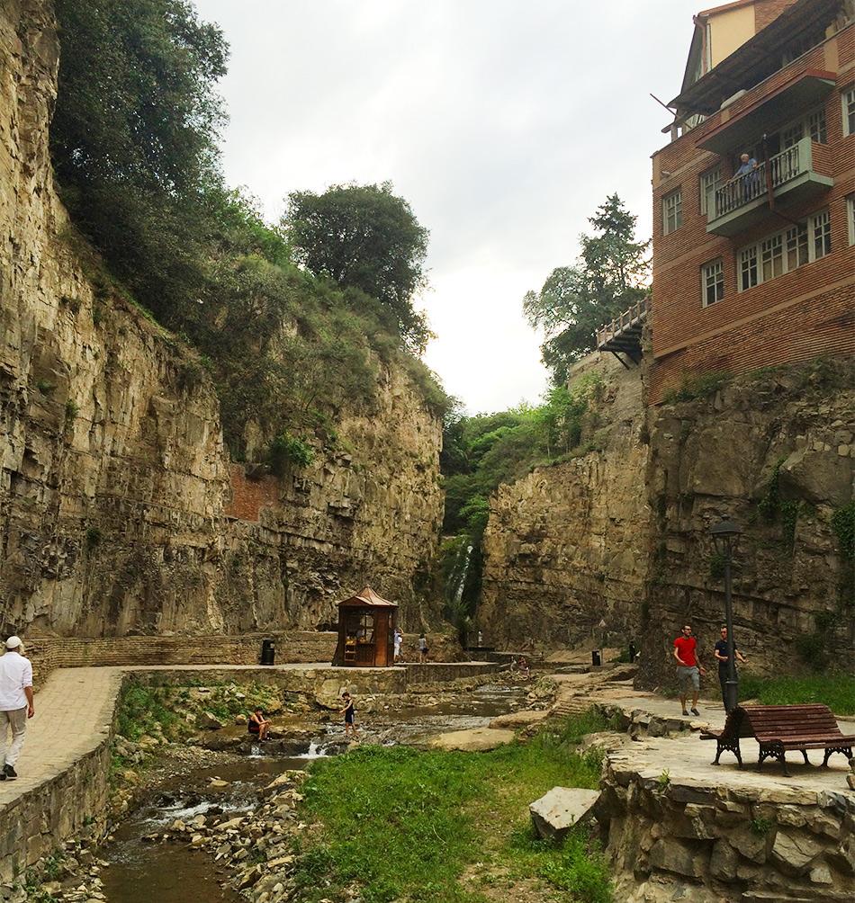 Дорога к водопаду за серными банями