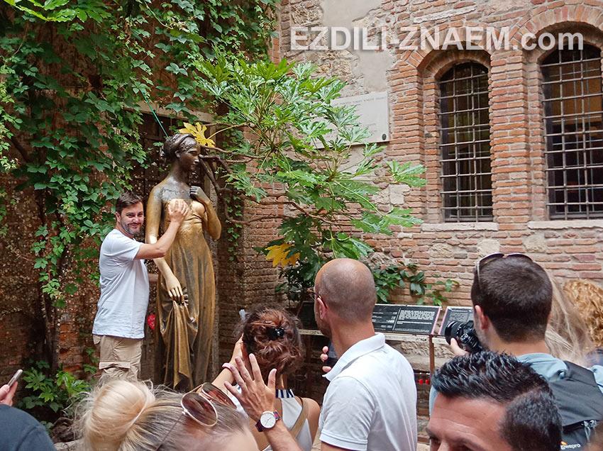 На фото: статуя Джульетты в Вероне
