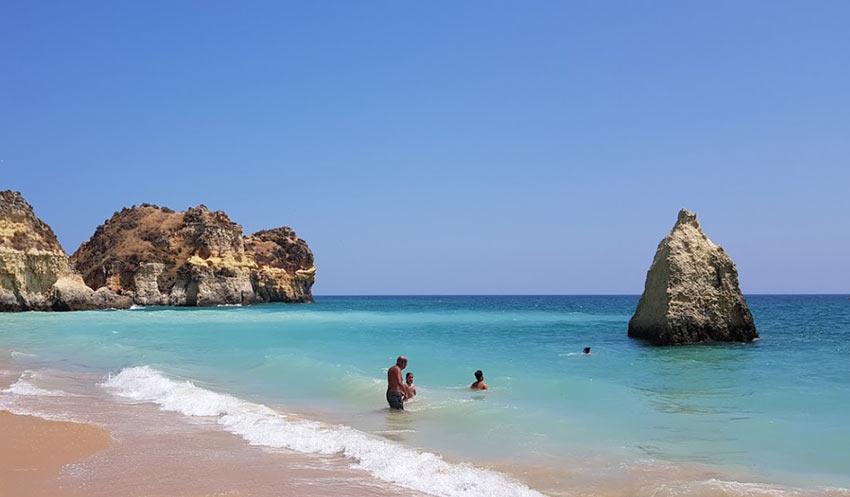 пляж Três Irmãos недалеко от Портимао, Португалия