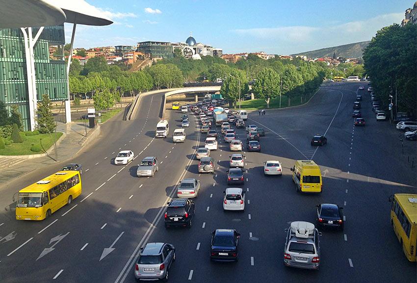 Автомобильное движение на улицах Тбилиси