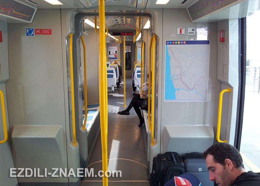 Внутри вагона метро в Порту