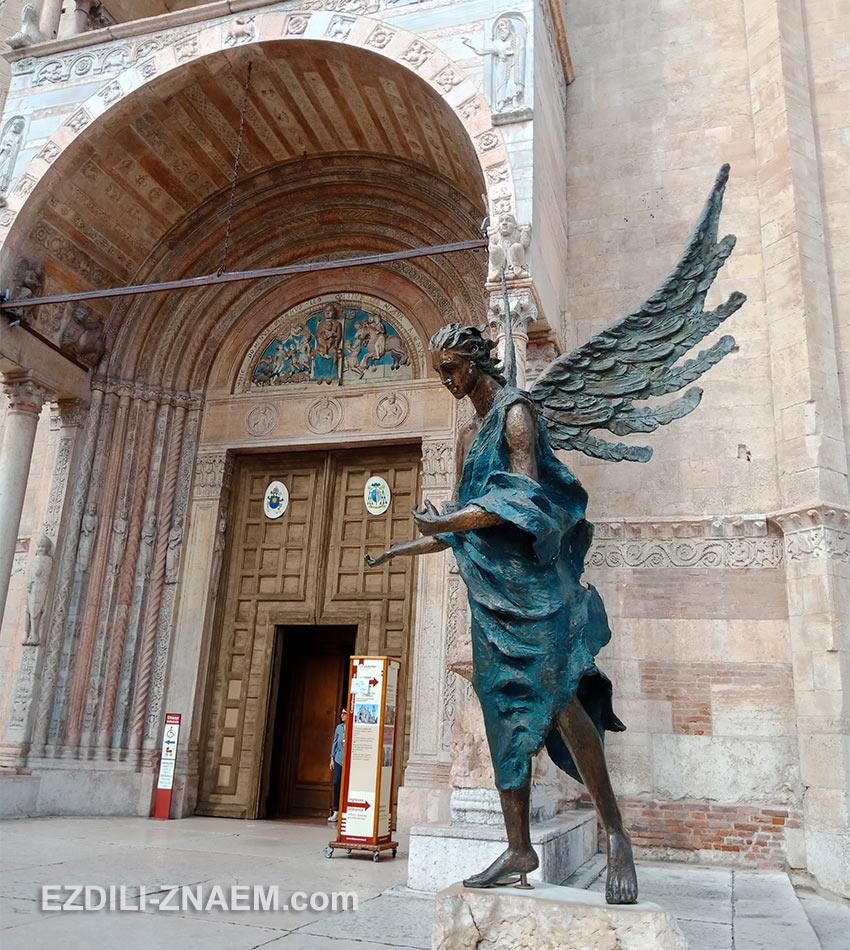 Скульптура ангела у входа в собор