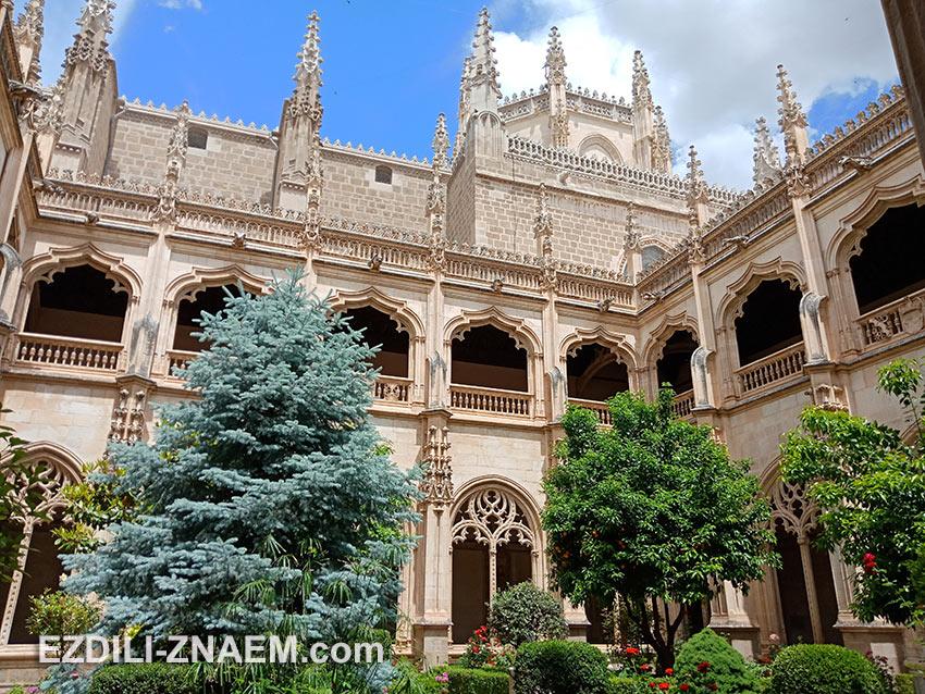 Внутренний двор монастыря Сан-Хуан-де-лос-Рейес в Толедо