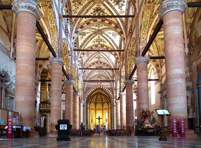 Внутри церкви Санта-Анастасия
