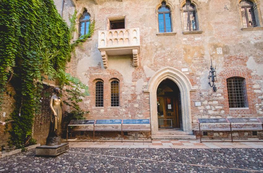 На фото балкон Джульетты и ее дом в Вероне. Раннее утро, пока туристов еще нет