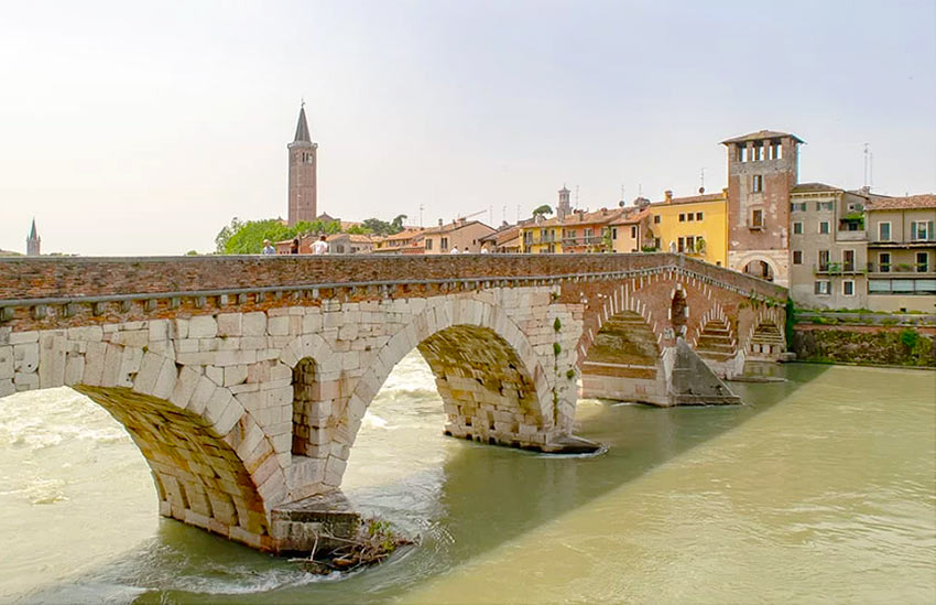 Мост Пиетра в северной части старой Вероны