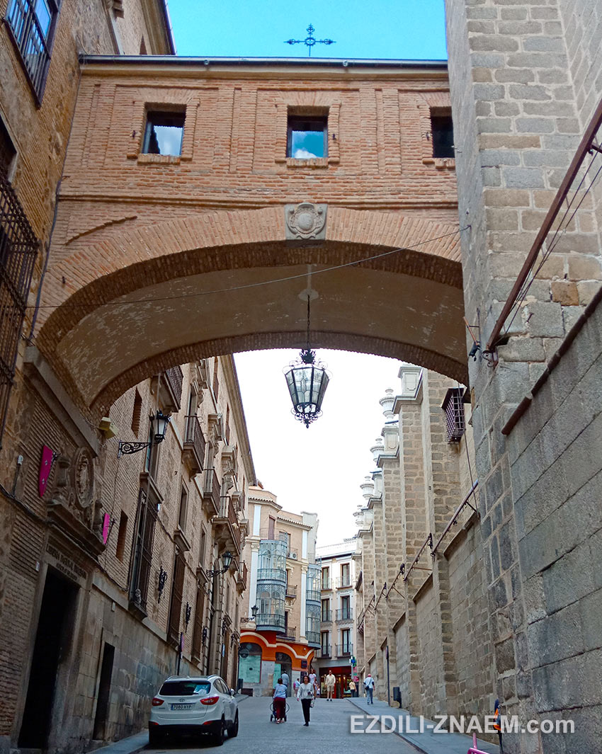 Улица Арко де Паласио в старой части Толедо