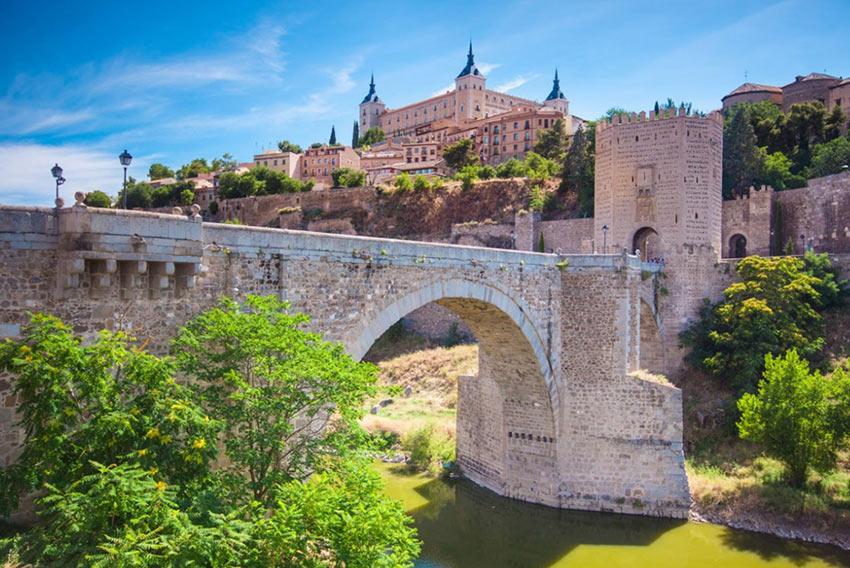 На фото: мост Алькантара в Толедо