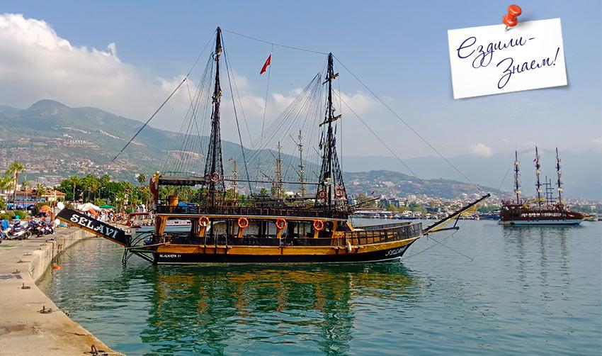 """Отдых по-турецки - это когда туристов катают на """"старинных парусных"""" корабликах"""