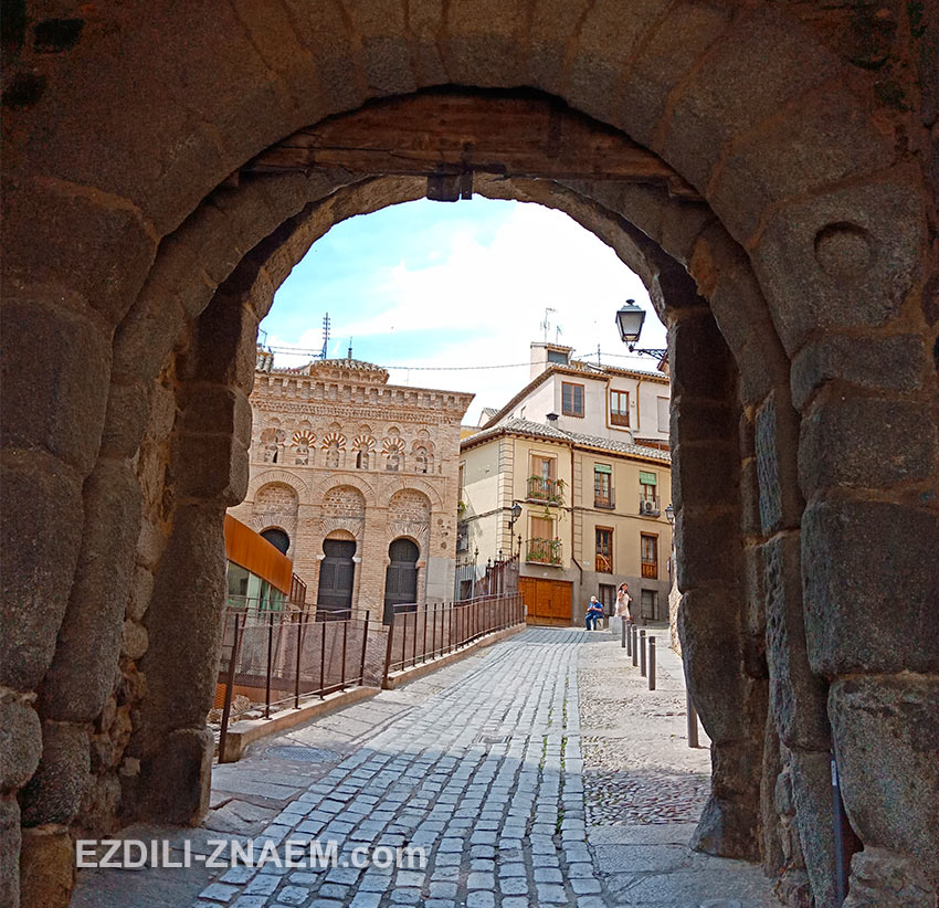 Старинные ворота Puerta de Valmardón в Толедо