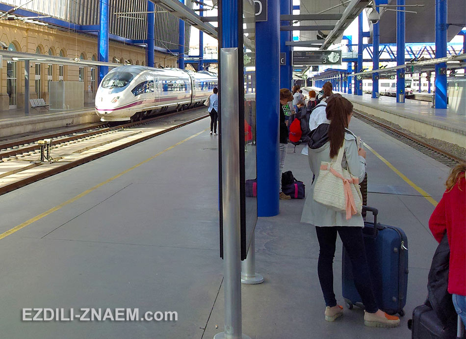 Туристы ждут поезд AVE на вокзале Сарагосы