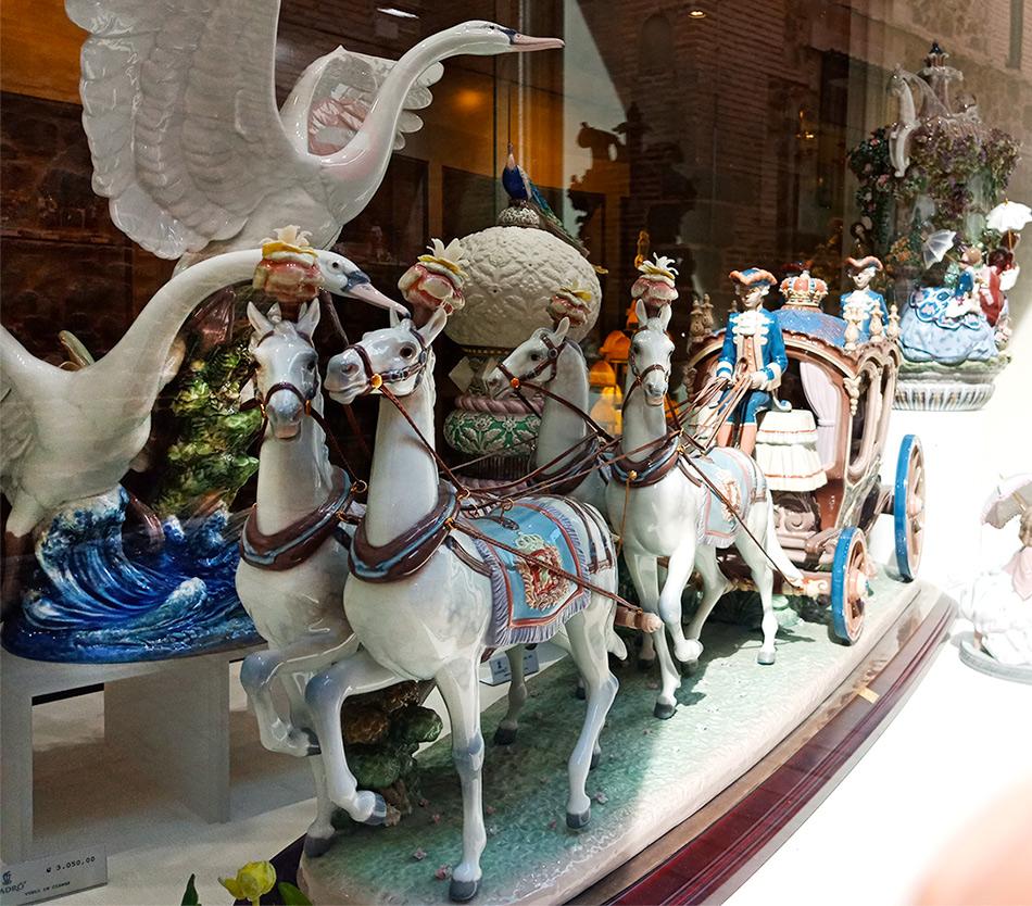 Карета с лошадями из фарфора