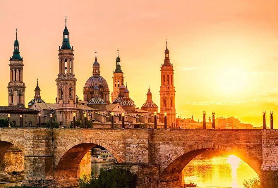 Сарагоса в Испании. Вид на базилику Богоматери Пилар