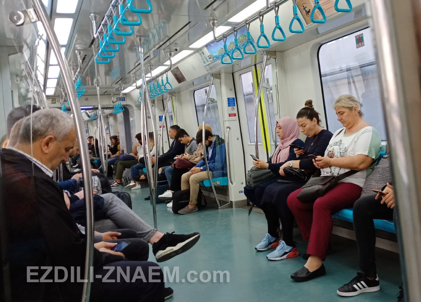 "Внутри вагона поезда ""Мармарай"" (Marmaray), Стамбул"