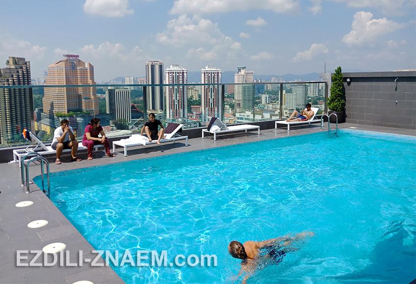 Вид из бассейна на крыше отеля Hilton Garden Inn South, в Куала Лумпур