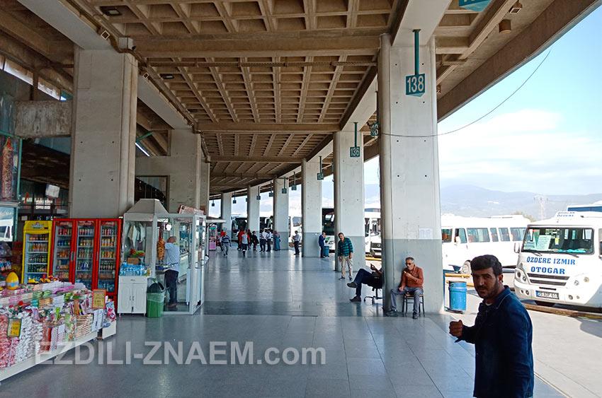 Платформы на втором этаже автовокзала в Измире