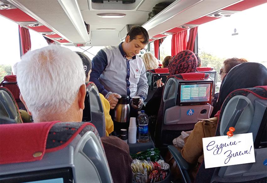 Стюард разносит чай в автобусе Измир - Кушадасы
