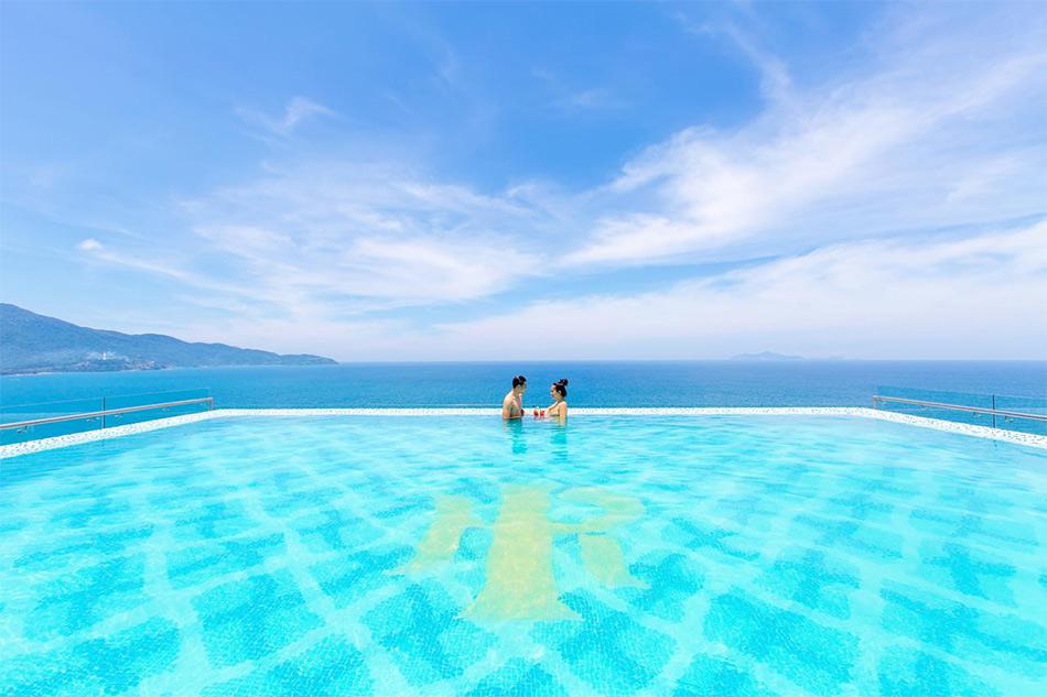 Бассейн на крыше отеля Mandila Beach Hotel