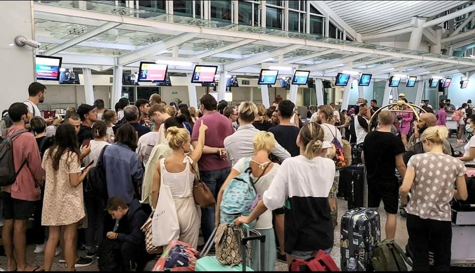 Люди пытаются улететь с Бали в Москву