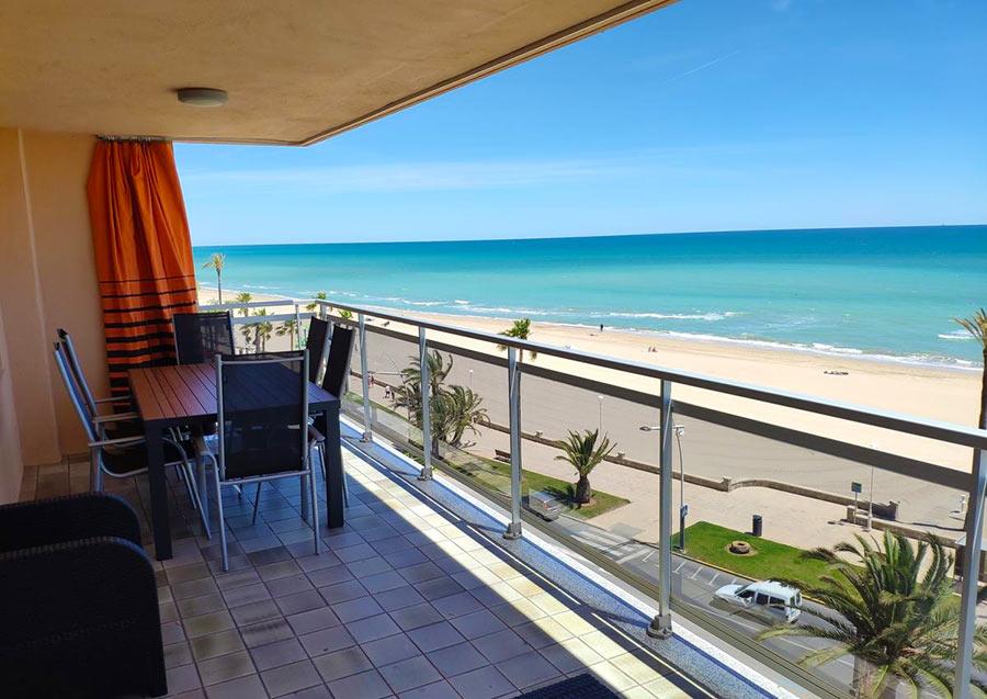 На балконе в апартаменты у моря. Пенискола, Испания
