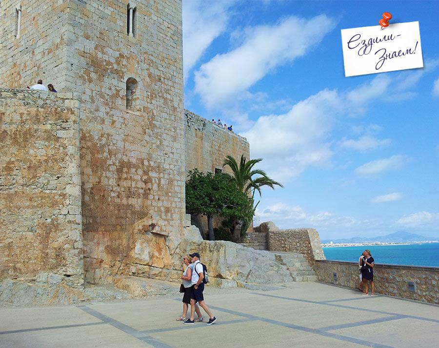 Туристы в крепости Пенисколы, Испания