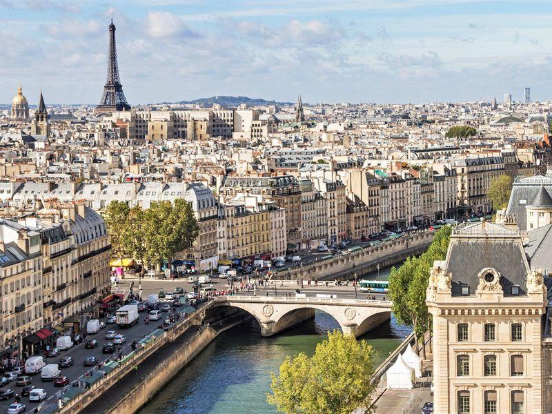 Париж и Эйфелева башня