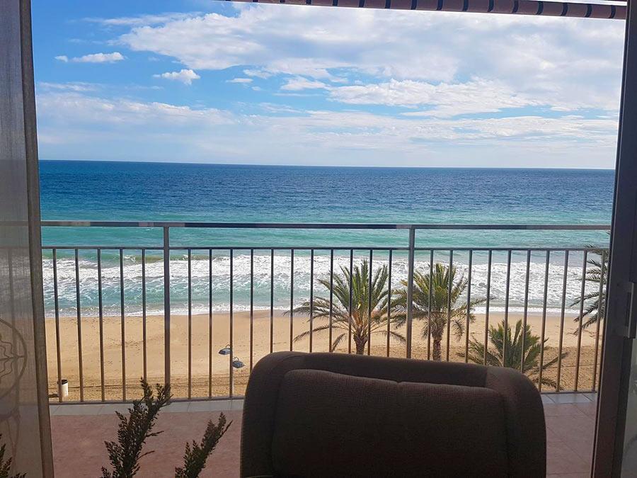 Вид на море с балкона апартаментов Sol, Калафель