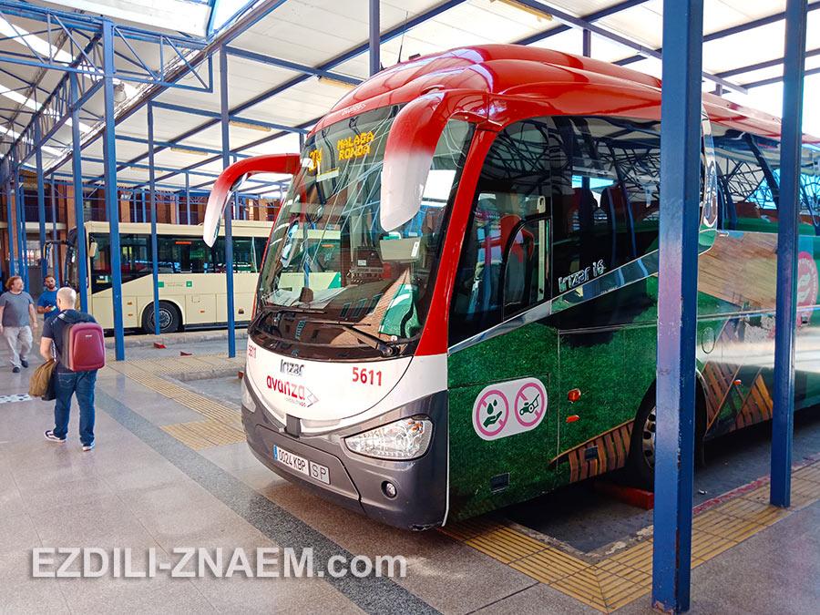 Автобус компании Avanza на автовокзале Малаги едет в Ронду с заездом в Марбелью