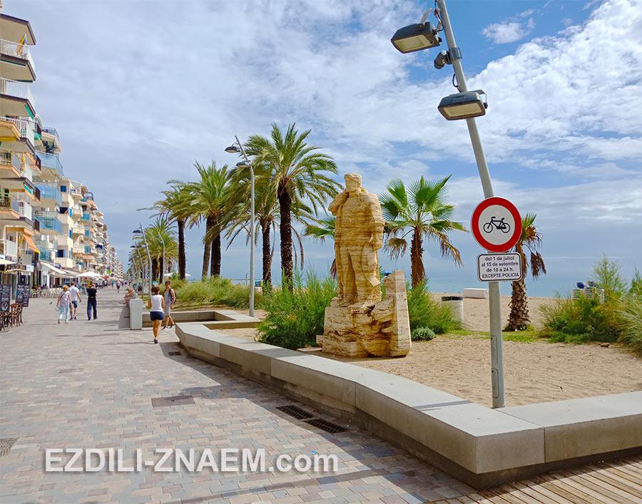 Скульптура моряка на набережной в Калафеле, Испания