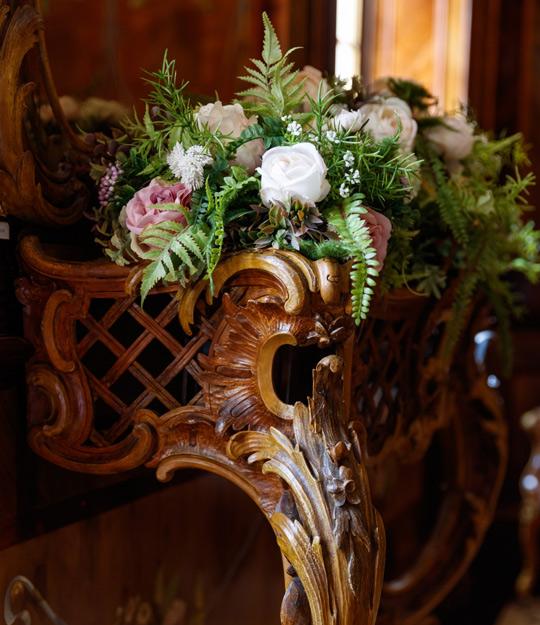 Резной столик из дерева