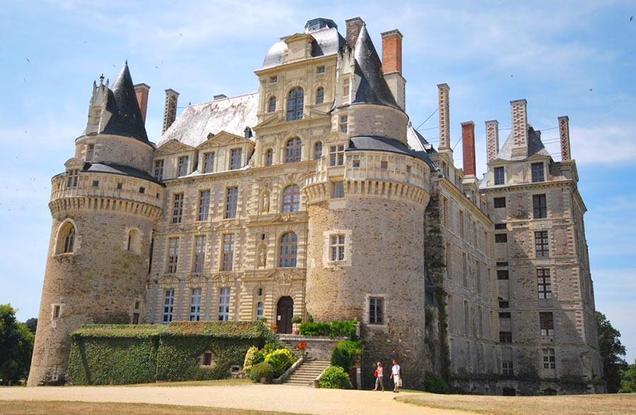 На фото замок Шато де Бриссак, Франция
