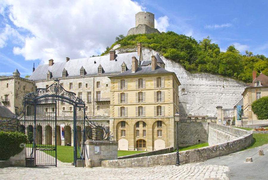 На фото: замок La Roche-Giyon недалеко от Парижа