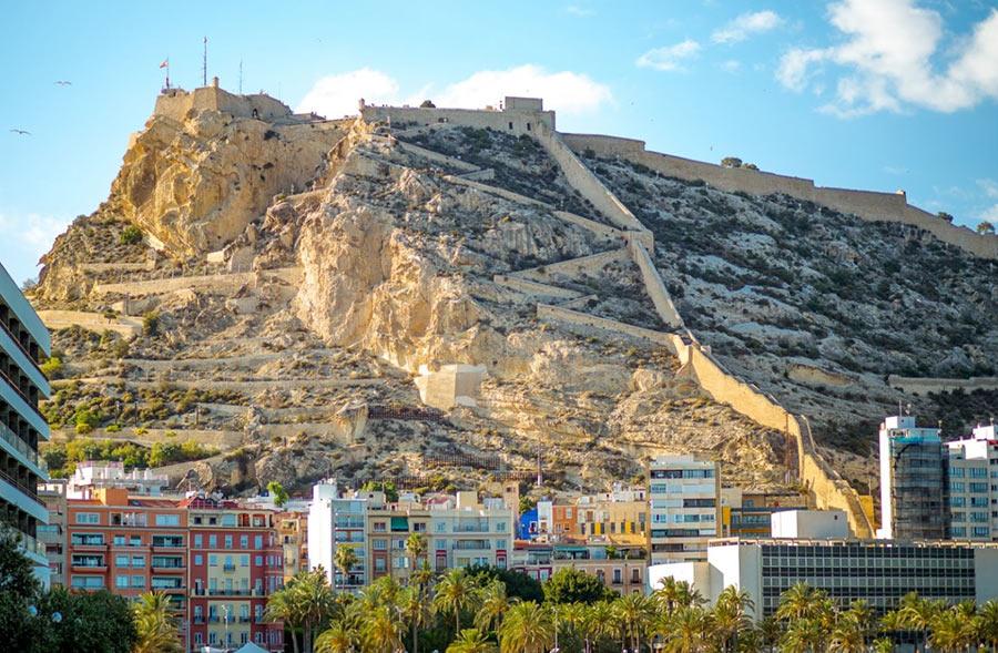 Вид на крепость Санта Барбара со стороны моря